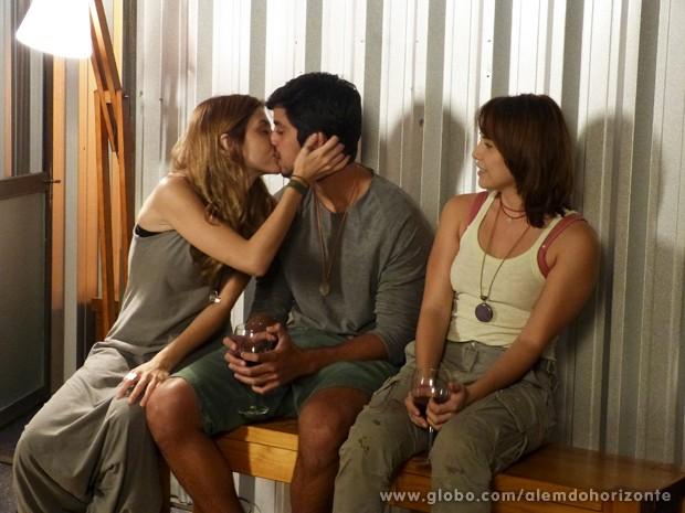 Do nada, Paulinha beija Marlon na frente de Vitória (Foto: Além do Horizonte/TV Globo)
