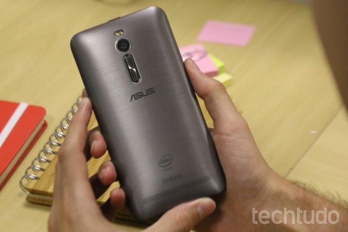 Zenfone 2 tem design compacto e fino, com traseira em efeito de metal escovado (Foto: Lucas Mendes/TechTudo)