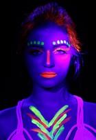 Anna Rita Cerqueira mostra maquiagem neon que brilha na balada