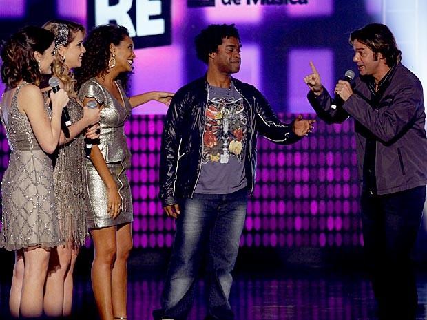 Tom e Kleiton anunciam a surpresa para o trio (Foto: Cheias de Charme / TV Globo)