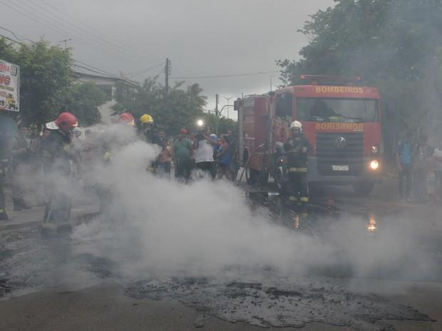 O Corpo de Bombeiros esteve no local, apagou as chamas e liberou a via no final da tarde de quarta-feira (Foto: Walter Paparazzo/G1)