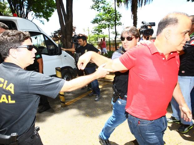 Marcos Valério afasta agente federal na chegada ao IML (Foto: Wesley Rodrigues / Hoje em Dia / Estadão Conteúdo)