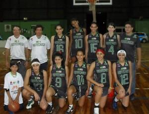 basquete de uniforme preto (Foto: Giselle Oliveira/Divulgação)