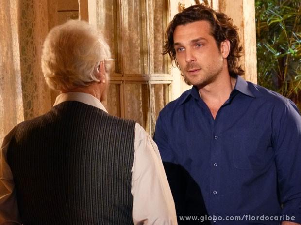 Alberto banca o coitado e pede para Samuel dar uma oportunidade para Dionísio se explicar (Foto: Flor do Caribe / TV Globo)