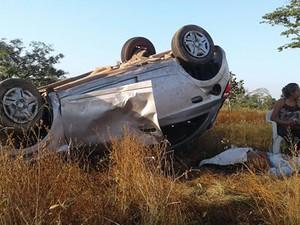 Carro ficou com os quatro pneus para cima (Foto: Divulgação/GAV)