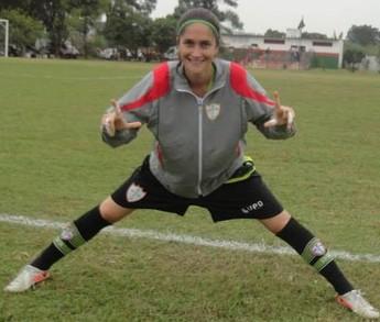 Maria Luiza Gimenes se alonga em treino da Portuguesa em 2013 (Foto: Divulgação)
