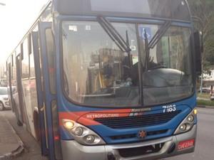 Retrovisor direito atingiu o ponto de ônibus e acabou derrubando a estrutura (Foto: Luna Oliva/G1)