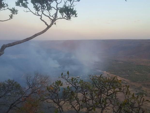 Bombeiros combatem incêndio na serra de Taquaruçu (Foto: Adriano Fonseca/TV Anhanguera)