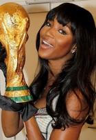 Naomi Campbell posa com réplica da taça da Copa: 'Vai, Brasil'