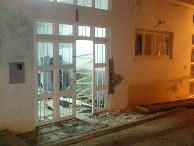 Prédios do banco e da agência dos Correios ficam no Centro da cidade (Foto: Polícia Militar/Divulgação)