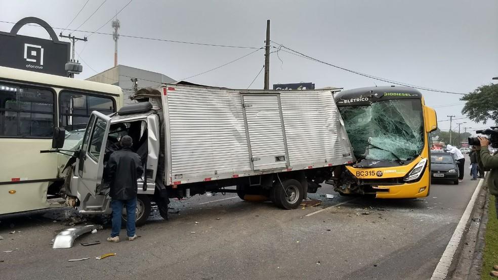 Duas pessoas ficaram feridas com a batida (Foto: Fernanda Fraga/RPC)