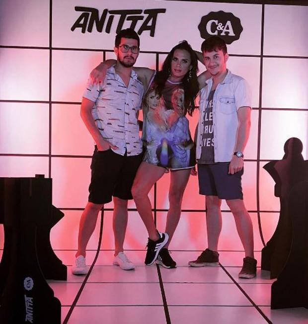 Silvero Pereira posando entre amigos na festa da Anitta (Foto: Reprodução/Instagram)