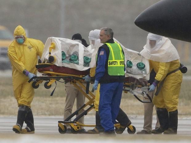 Martin Salia, médico que contraiu ebola em Serra Leoa, é transportado ao Nebraska Medical Center, em Omaha, após chegar aos Estados Unidos na tarde de sábado (15) (Foto: AP Photo/Nati Harnik)