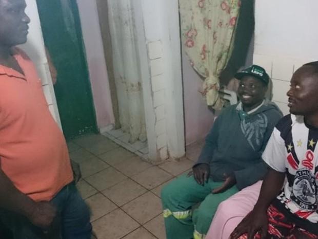 Cius (esq.) Lucius (centro) e Jean (dir.) moram em Itapetininga (Foto: Caio Gomes Silveira/ G1)