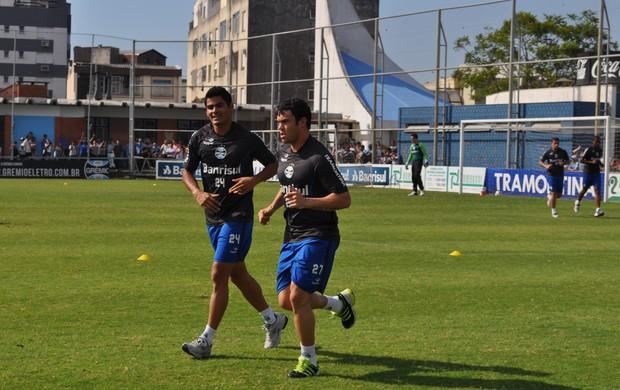 Kleber correu acompanhado do lateral-direito Tony (Foto: Hector Werlang/Globoesporte.com)