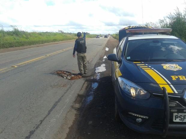 Agentes da PRF orientam motoristas em rodovias do Maranhão (Foto: Divulgação/PRF-MA)