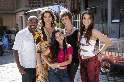 Karina com sua família de Salve Jorge (Foto: TV Globo)