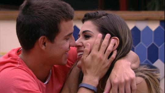 Manoel beija Vivian e ela o repreende: 'Lindo, a gente tá na mesa'