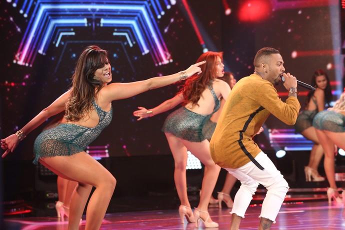 Nego do Borel requebrando com as bailarinas (Foto: Carol Caminha/Gshow)