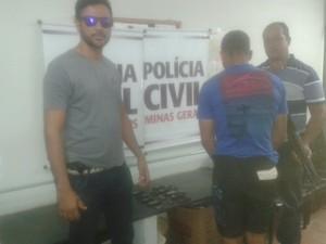 Nove celulares foram encontrados com o homem  (Foto: Polícia Civil/Divulgação)