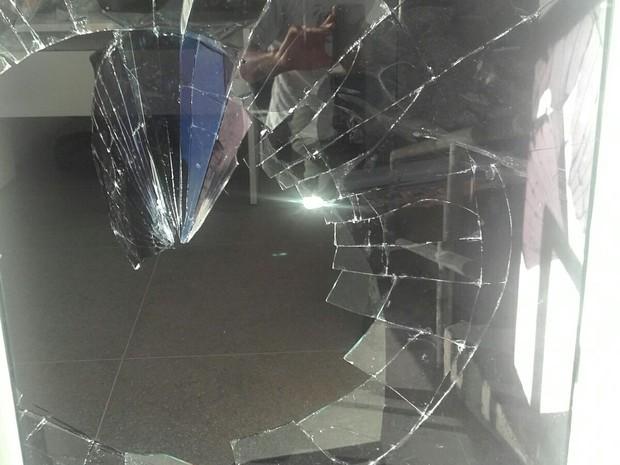 Homem estaria preso ao quebrar os vidros, diz PM (Foto: Divulgação/ Polícia Militar)