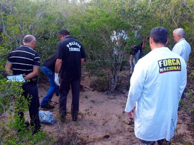 Ossada estava em matagal no distrito Riacho de Sangue, em Macaíba (Foto: Antônio Coelho/Inter TV Cabugi)