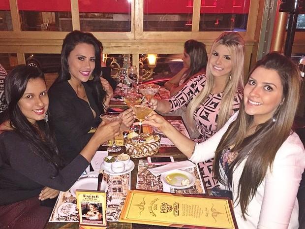 Ex-BBBs Kelly, Julia e Tamires com amiga em restaurante em São Paulo (Foto: Instagram/ Reprodução)