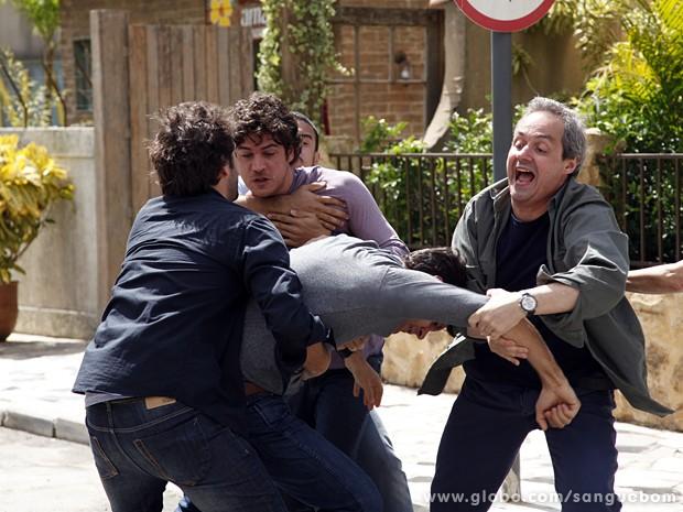 Gilson e Fabinho apartam a briga (Foto: Sangue Bom/TV Globo)