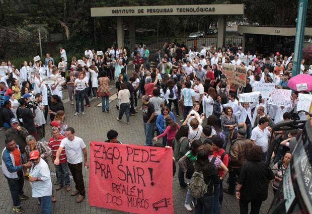 Protesto de grevistas durante reunião do Conselho Universitário da USP reuniu cerca de 300 pessoas, segundo a PM. (Foto: Estadão Conteúdo/Futura Press/Luiz Claudio Barbosa)