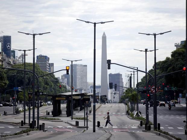 Homem cruza a avenida 9 de Julio, no centro de Buenos Aires, que amanheceu com pouco movimento devido à greve geral (Foto: Natacha Pisarenko/AP)