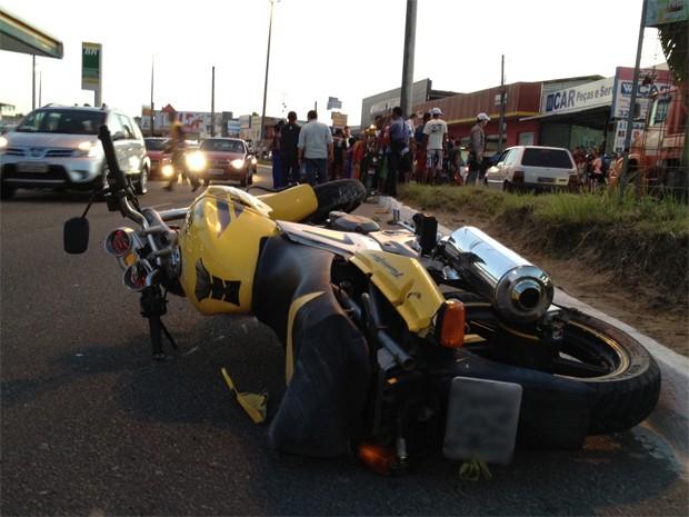 Um motociclista morreu ao bater em um poste na Avenida Tancredo Neves, em João Pessoa, no fim da tarde desta quarta-feira (1º). Segundo informações do cabo Marcílio, da Polícia Militar, o rapaz, que tinha 20 anos, tentou fazer uma curva fechada com uma velocidade entre 60 e 80km/h e acabou desequilibrando e colidindo com o poste. Ele morreu na hora (Foto: Walter Paparazzo/G1)
