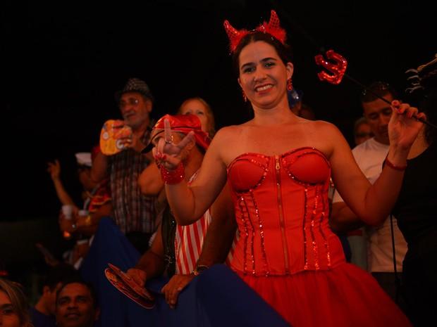 Foliã capricha no vermelho para brilhar no Baile Municipal do Recife (Foto: Luka Santos / G1)