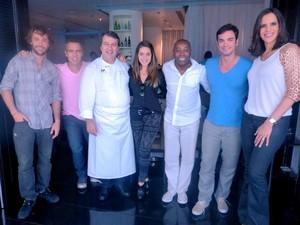 Celebridades posam com o chef Roland Villard (Foto: Mais Você / TV Globo)