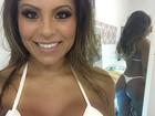Andressa Ferreira retoca o bronzeado e usa biquíni de esparadrapo