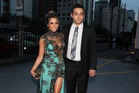 Eduardo Sterblitch com a namorada (Foto: Manuela Scarpa/Foto Rio News)