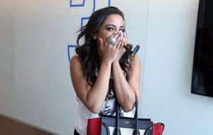 Miga, cê é louca! Anitta tira a roupa no elevador durante gravação