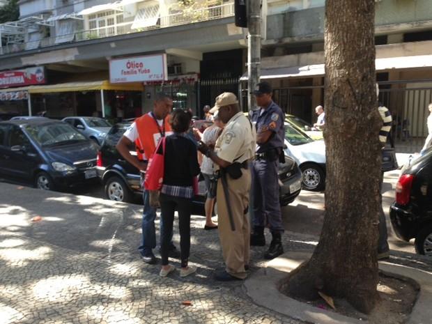 Mulher recebe multa ao jogar guimba de cigarro no chão em Copacabana (Foto: Mariucha Machado/G1)