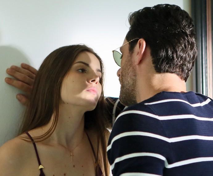 Alex tenta se reaproximar de Angel (Foto: Isabella Pinheiro/ Gshow)