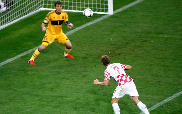 Croácia x Espanha, Ivan Rakitic e Iker Casillas (Foto: Agência Reuters)