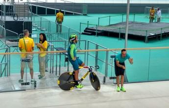 Ciclista brasileiro faz primeiro treino no velódromo em fase de acabamento