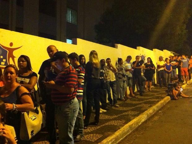 Fãs aguardando momento de se despedir de José Rico (Foto: Gustavo Biano/ EPTV)