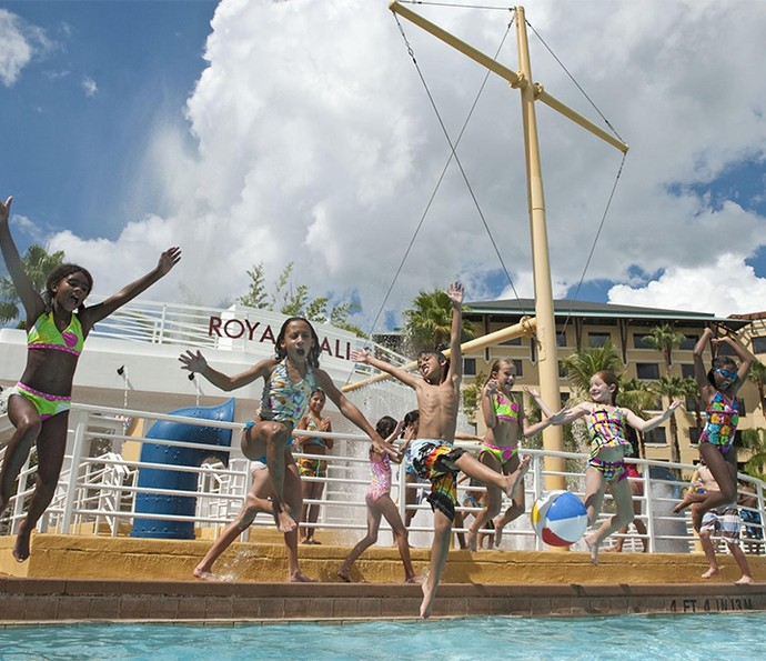 No Loews Royal Pacific Resort, um dos hotéis do complexo, você pode curtir uma piscina antes de encarar as aventuras dos parques temáticos (Foto: Divulgação)
