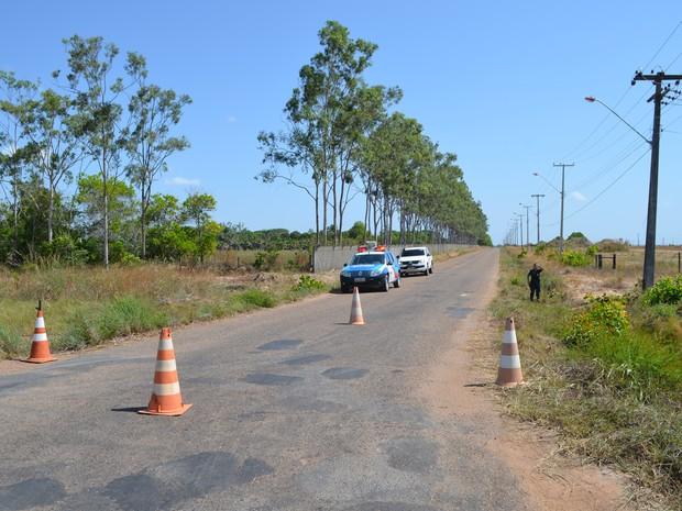Policiais militares fecham a pista que dá acesso à entrada da Penitenciária Agrícola de Monte Cristo (Foto: Emily Costa/ G1 RR)