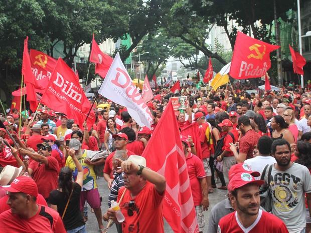 Manifestantes contrários ao impeachment se reúnem no Bairro do Recife (Foto: Adelson Costa/Pernambuco Press)