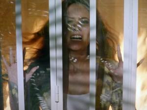 Carmen fica presa na galeria  (Foto: TV Globo)