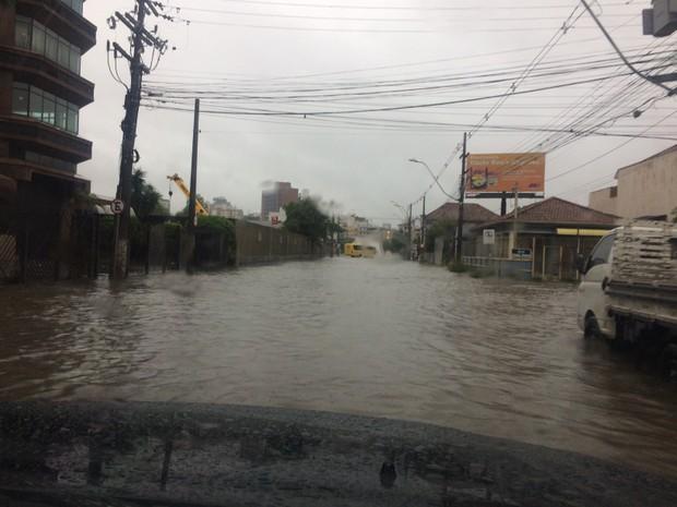 Alagamento na zona norte de Porto Alegre (Foto: G1)