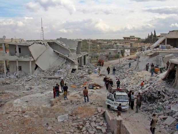 Moradores checam imóveis no vilarejo de Kfar Jales, nos arredores de Idlib. Região foi alvo de ataques aéreos nesta quarta-feira (16) (Foto: Omar haj kadour / AFP)