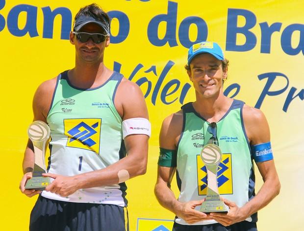 Ricardo e Emanuel comemoração vôlei de praia etapa Vitória (Foto: Paulo Frank / CBV)