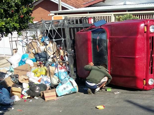 Caminhão tombou após perder freio na Vila União, em Campinas (Foto: Edson Ferreira da Silva / Arquivo pessoal)