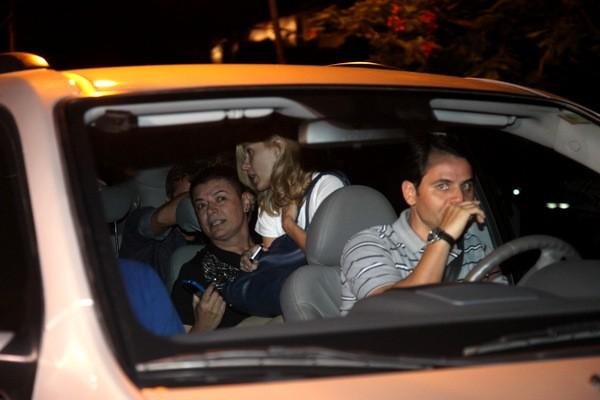 Carolina Dieckmann no colo de David Brazil após festa no Rio (Foto: Cláudio Augusto/ Foto Rio News)